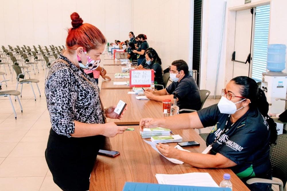 Beneficiados com auxílio do governo devem buscar cartão em posto específico em Manaus