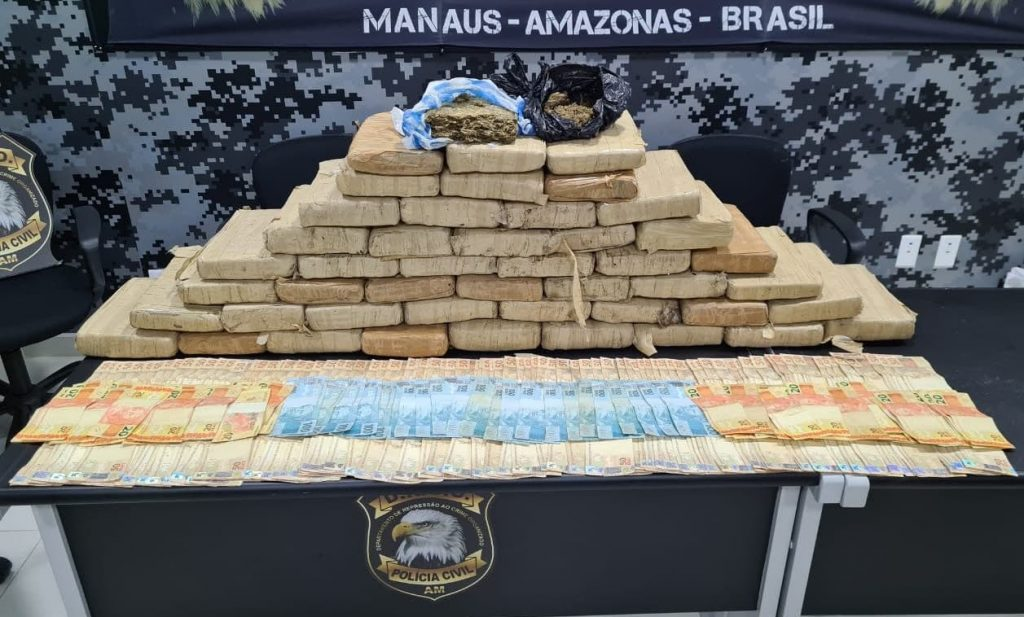 Polícia apreende carro de luxo, 40 quilos de skunk e R$ 15 mil com dupla suspeita de tráfico em Manaus