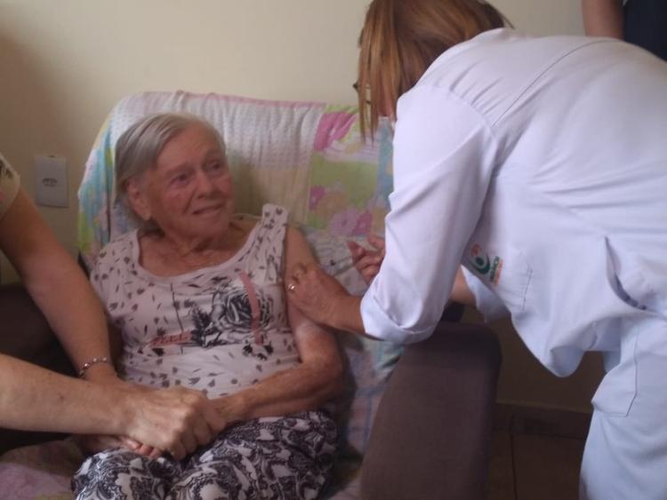Mãe de Bolsonaro recebe a segunda dose da vacina contra Covid-19