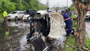 Casal e recém-nascido ficam feridos após carro capotar em avenida de Manaus