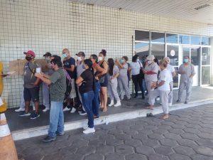 Terceirizados do Hospital Platão Araújo paralisam serviços para cobrar salários em atraso em Manaus