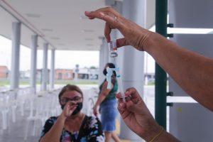 Aplicação da 1ª dose deve ficar suspensa de 10 a 15 dias, diz secretária de Saúde de Manaus