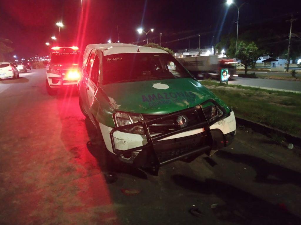 Viatura e carro capotam após perseguição policial em Manaus