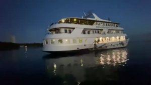 Festival em barco de luxo é flagrado com mais de 60 turistas no rio Amazonas, em Manaus