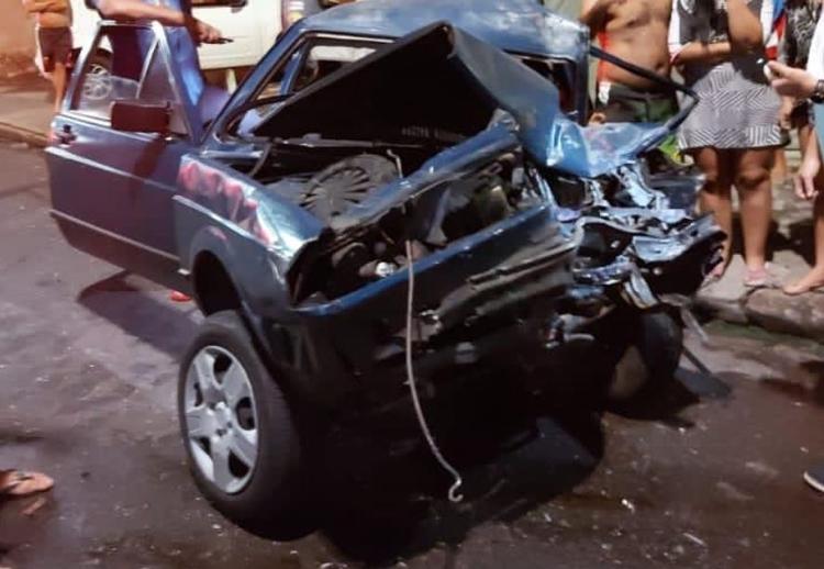 Homem morre ao colidir carro contra ônibus de rota no bairro Redenção