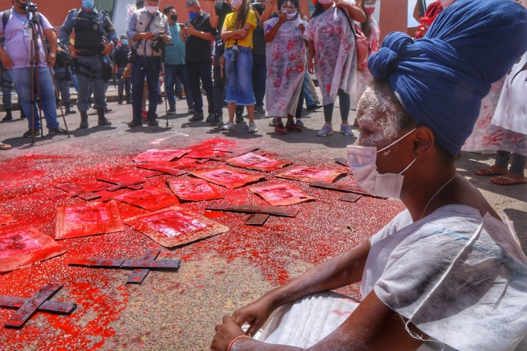 Ato contra Bolsonaro tem protesto com 'sangue' pelas mortes por covid no AM