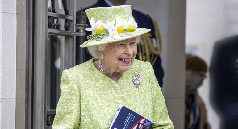 Rainha Elizabeth 2ª toma segunda dose da vacina contra covid-19