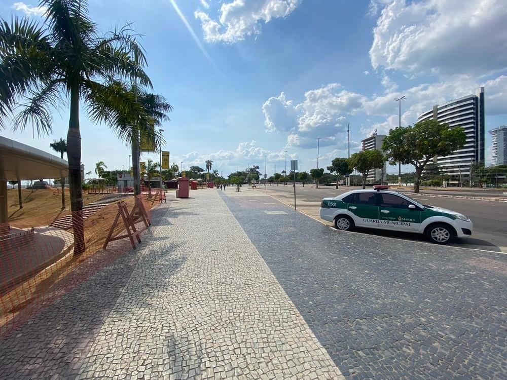 Decreto mantém interdição da praia da Ponta Negra em Manaus, amplia horário do comércio e abre faixa liberada