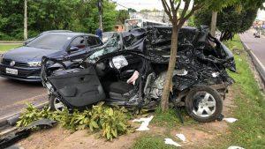 Motorista fica ferido ao colidir carro contra árvore e atingir ônibus em Manaus