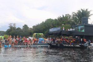 Flutuantes são interditados em Manaus após aglomeração