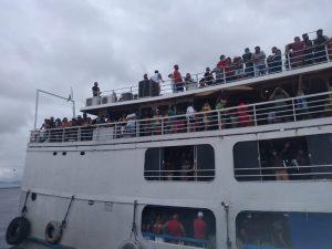 Passeio de barco com mais de 900 pessoas é impedido durante fiscalização em Manaus