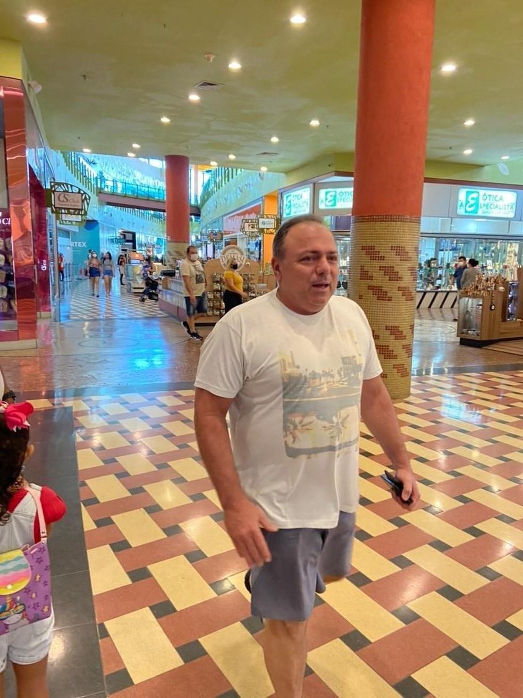 Ex-ministro da Saúde Eduardo Pazuello é visto sem máscara em shopping de Manaus