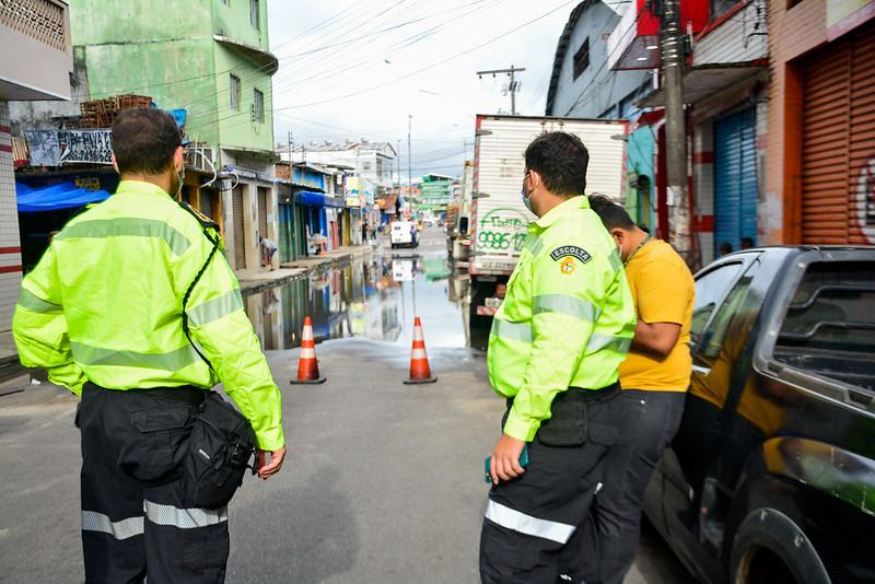 Trecho da rua dos Barés é interditado devido ao avanço do nível das águas do rio Negro em Manaus