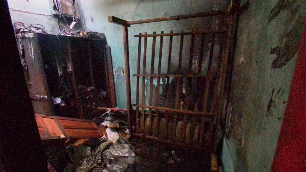 Mulher é morta a facadas e tem corpo queimado dentro de casa Manaus